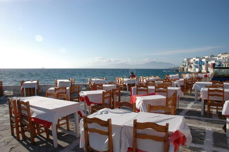 Restaurang vid havet i Mykonos, Grekland fotografering för bildbyråer