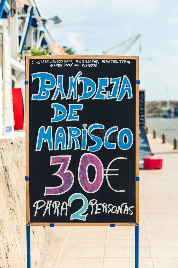 Restaurangbräde på havskusten, Andalusia arkivbilder