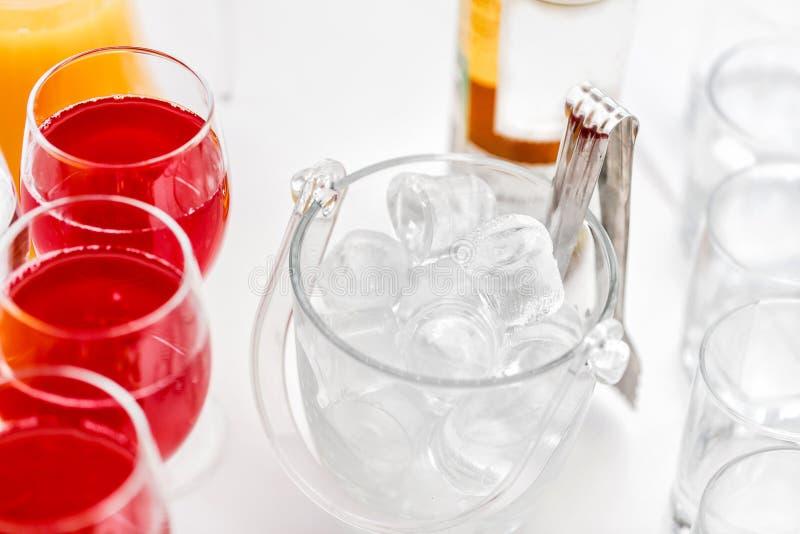 Restaurangcoctailtabeller i cocktailpartyet is i genomskinligt glass klibba för bunke och för metall festlig buffé royaltyfria bilder