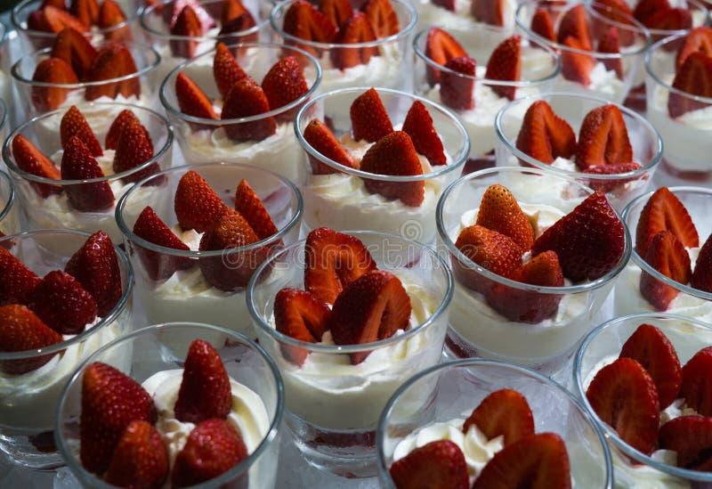 Restaurangefterrätt av kräm med jordgubbar i exponeringsglaskoppar arkivfoton