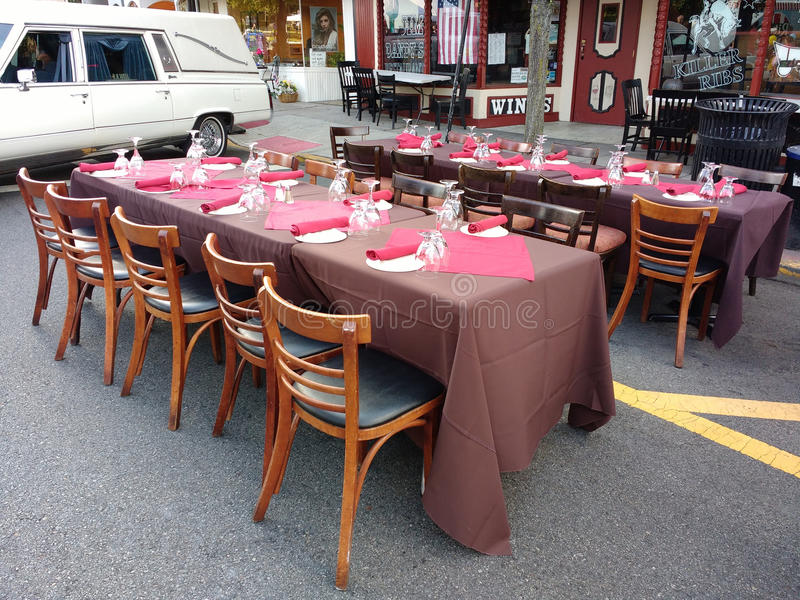 Restaurangen bordlägger yttersidan för att äta middag Al Fresco royaltyfri foto