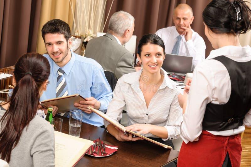 restaurangen för beställning för affärslunchmål tar servitrisen arkivbilder