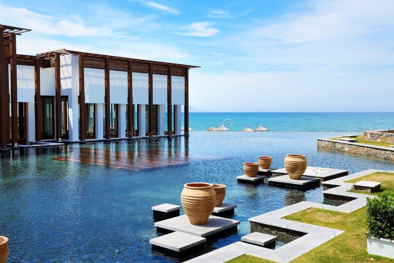 Restaurangen och simbassängen nära sätter på land på det lyxiga hotellet arkivbilder