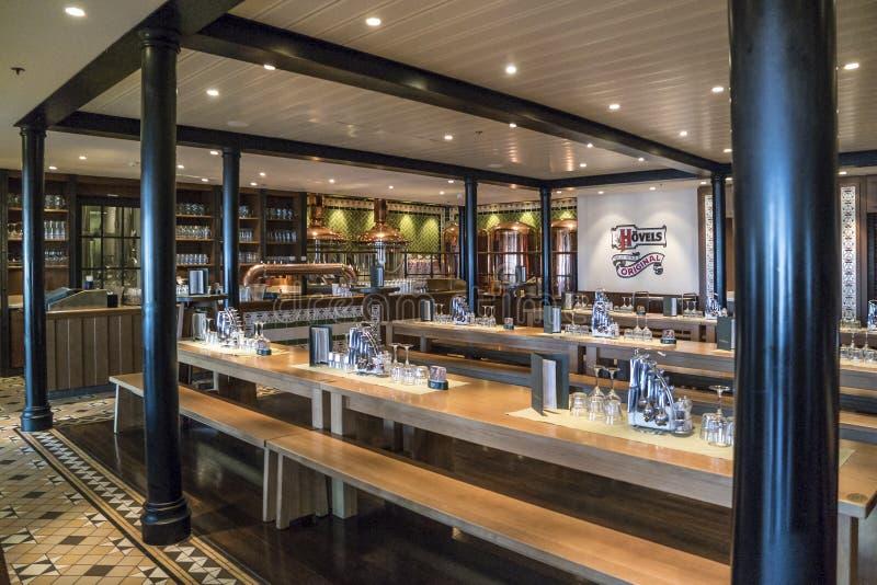 Restaurangens inre på ett kryssningskepp royaltyfria bilder