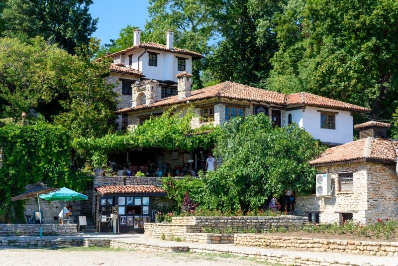 Restauranger och andra byggnader i traditionell bulgarisk stil, Balchik, Bulgarien arkivfoton