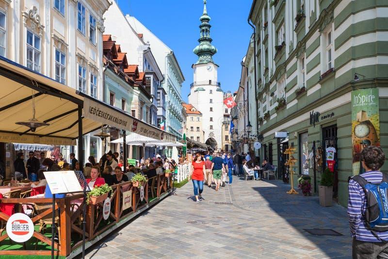 Restauranger på den Michalska gatan i Bratislava royaltyfri bild