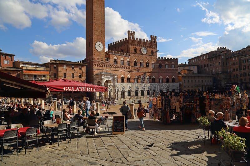 Restauranger på piazza del Campo i Siena, Italien royaltyfria bilder