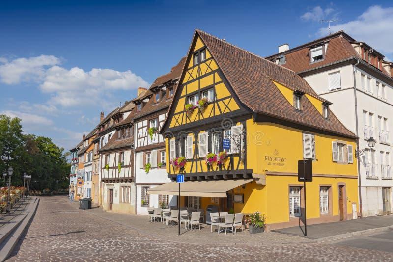 RestauranghjälptrioPoissons färgrikt traditionellt franskt hus i liten och nätt Venise, Colmar, Frankrike arkivfoto