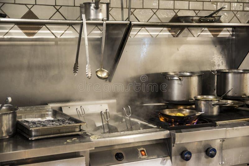 restaurangkök som är klart att laga mat arkivbild