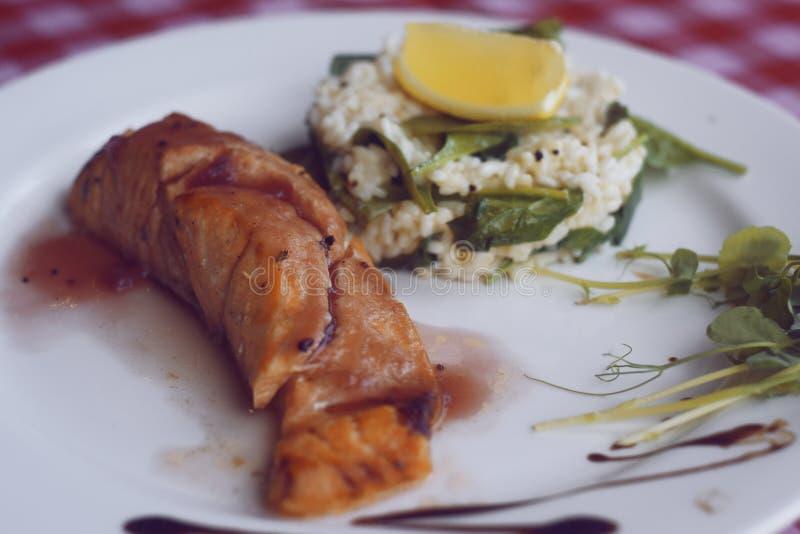 restaurangmatning Lax med risotto Fisk och risfisk med citronen Matr?tt i restaurangen nationellt royaltyfria foton