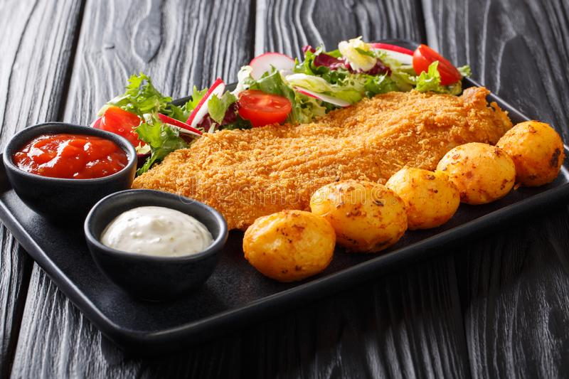Restaurangmeny av torskfil?n, i att panera med nya potatisar och salladn?rbild f?r ny gr?nsak horisontal arkivbilder