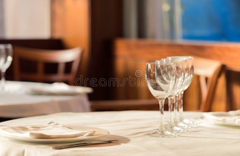 Restaurangservarna för lunch Foto med härlig bokeh arkivbild