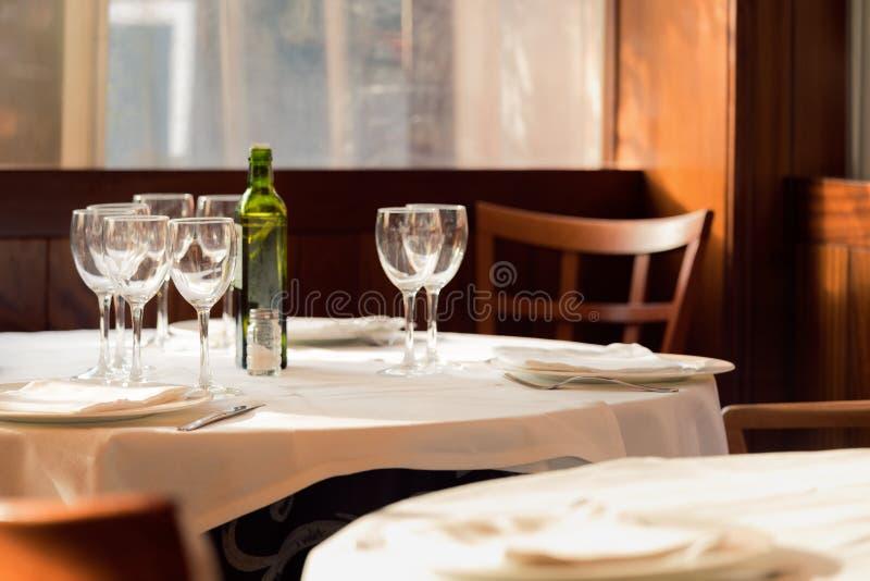 Restaurangservarna för lunch Foto med härlig bokeh royaltyfria bilder