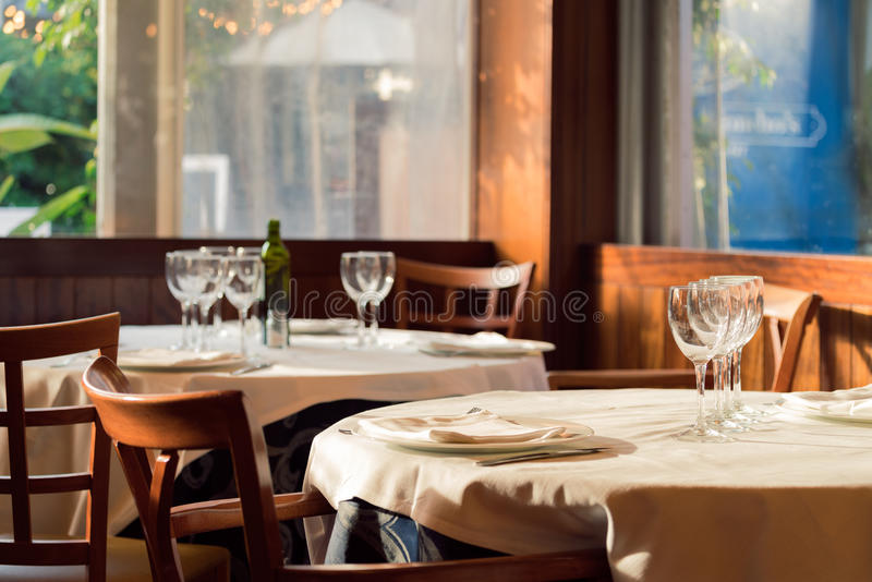 Restaurangservarna för lunch Foto med härlig bokeh royaltyfria foton