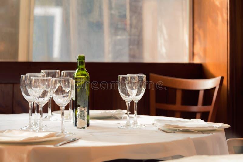 Restaurangservarna för lunch Foto med härlig bokeh arkivfoto