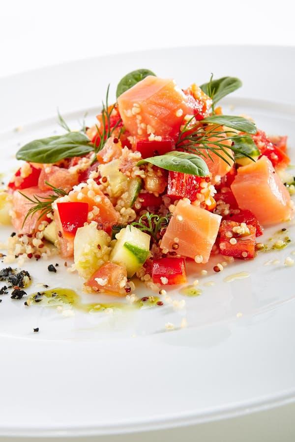 Restaurangstartknappmeny med rå saltade Salmon Slices arkivbild
