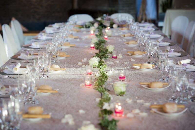 Restaurangtabell som är förberedd för bröllopparti royaltyfria foton
