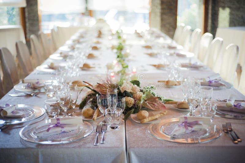 Restaurangtabell som är förberedd för bröllopparti arkivbilder