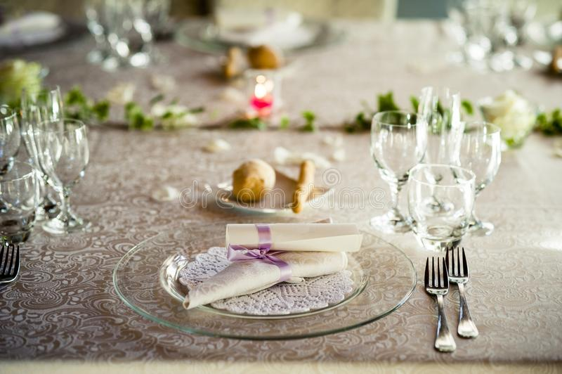 Restaurangtabell som är förberedd för bröllopparti arkivbild