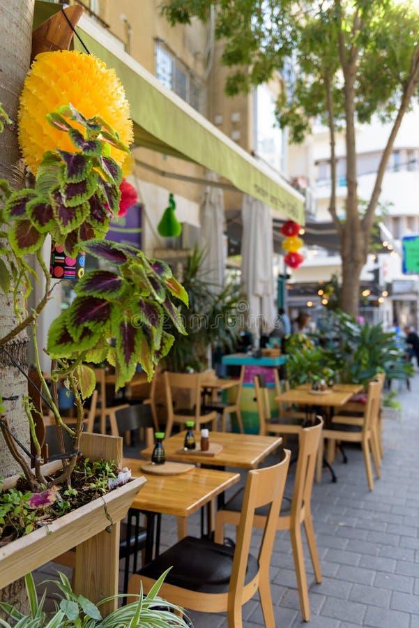 Restaurangtabeller på trottoaren arkivfoto