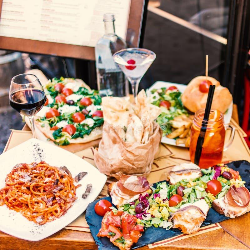 Restaurangtabellinställning med mat som är utomhus- på gatan Italia arkivbilder