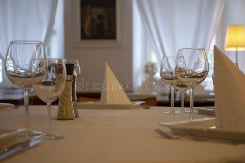 Restaurangtabellupps?ttning royaltyfria foton