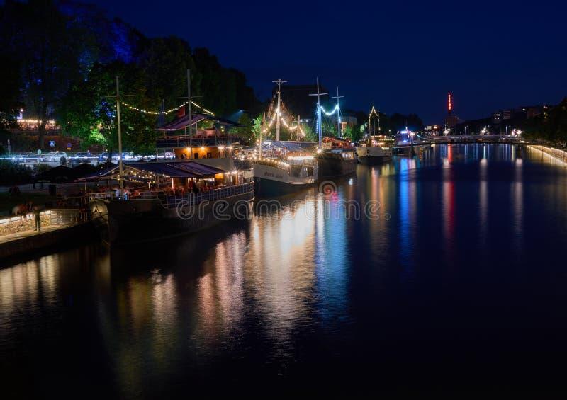 Restauranst delle barche sul fiume di aura a Turku immagine stock