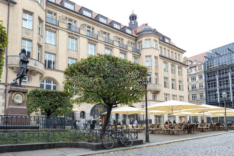 Restaurant à la plaza de Naschmarkt devant la statue commémorative de Johann Wolfgang von Goethe à Leipzig, Allemagne image libre de droits