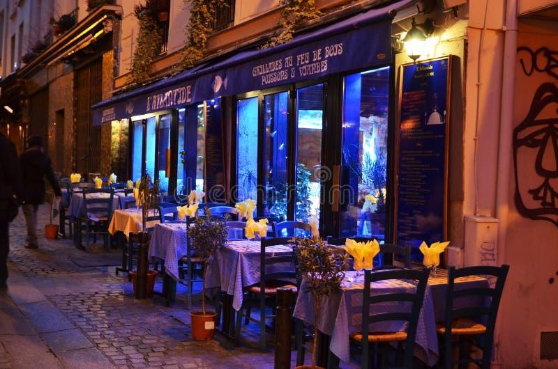 Restaurant à Paris par nuit photographie stock libre de droits