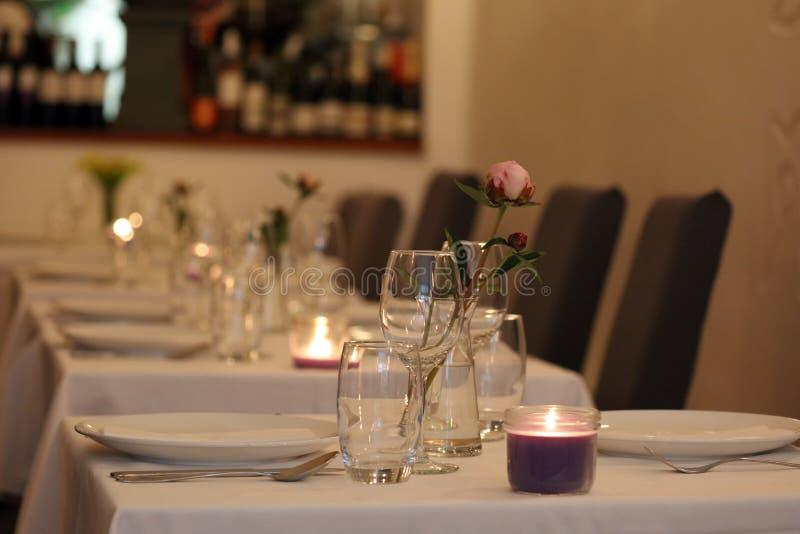 Restaurant élégant et moderne chic à Amsterdam, Pays-Bas en Europe Sièges, tables et lampes à l'hôtel de la meilleure qualité de  photos libres de droits