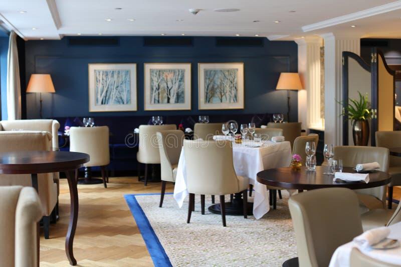 Restaurant élégant et moderne chic à Amsterdam, Pays-Bas en Europe Sièges, tables et lampes à l'hôtel de la meilleure qualité de  photo libre de droits