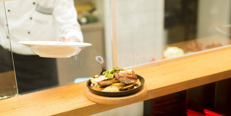 Download Restaurant image stock. Image du chaud, garnissez, cours - 77153721