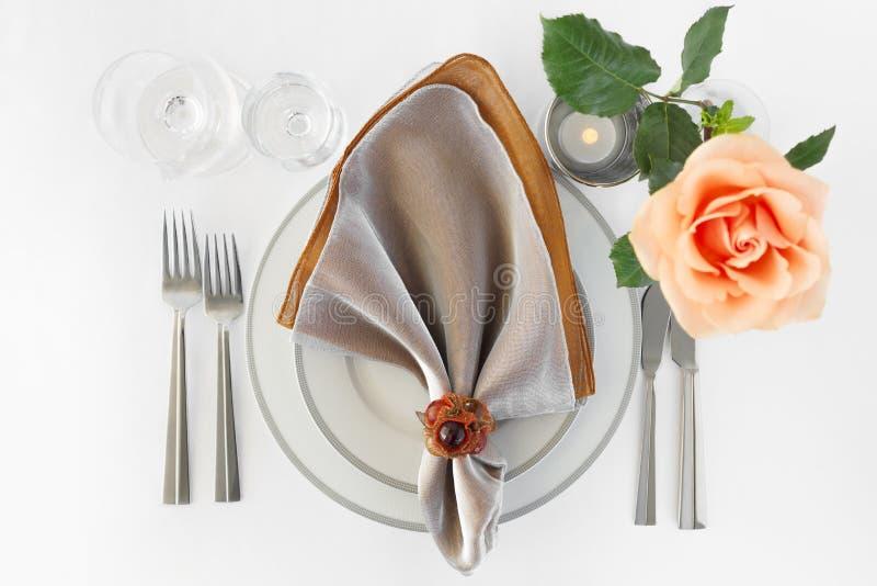Restaurant-Abendessen-Anordnungs-gesetzte Platten-Tafelsilber-Orange Rose stockfotos