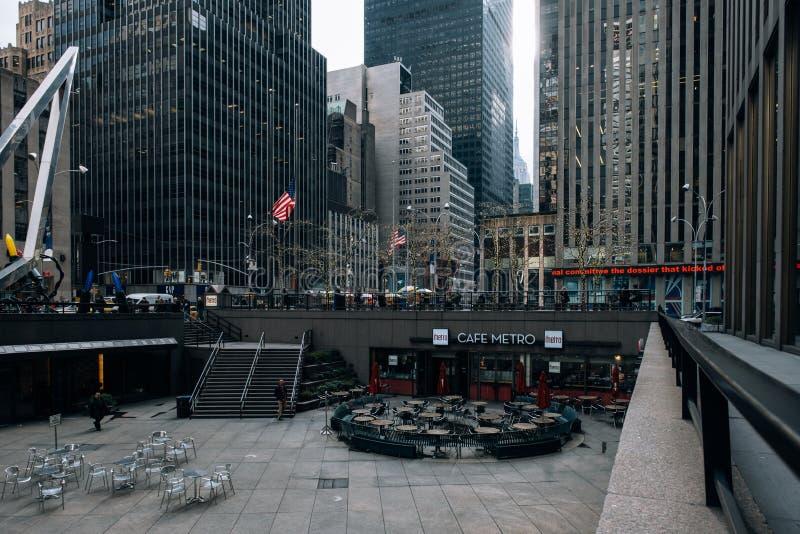 Restaurant, Altbauten, Schaufenster des Rockefeller Center-Straßenbilds im Midtown Manhattan stockfoto