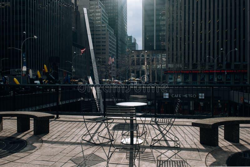 Restaurant, Altbauten, Schaufenster des Rockefeller Center-Straßenbilds im Midtown Manhattan stockfotografie