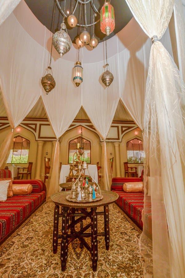 Restaurant arabe intérieur avec des tables, des chaises et le shisha à la station de vacances image libre de droits