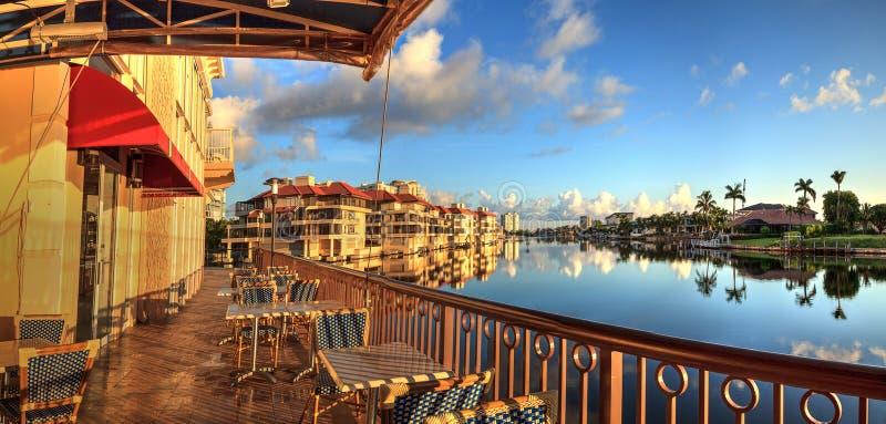 Restaurant auf dem Wasser entlang dem Dorf an der venetianischen Bucht lizenzfreies stockbild