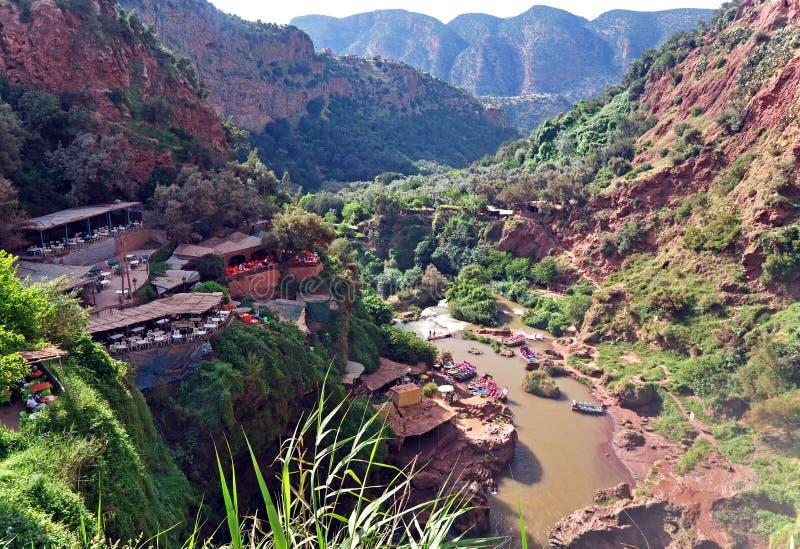 Restaurant auf einem Felsen über dem Tal des Wasserfalls der Kaskade D Ouzoud marokko stockfotografie
