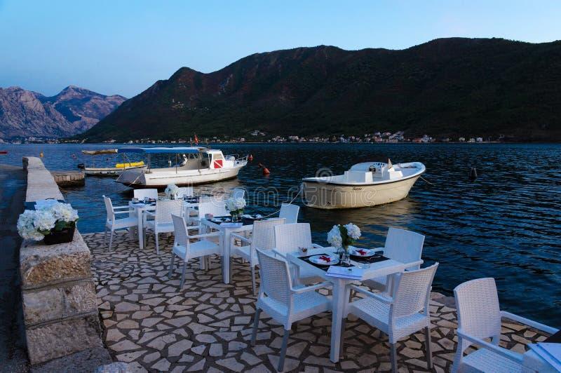 Restaurant auf Promenade des beliebten Erholungsorts von Perast, Ansicht oа Kotor-Bucht glättend, Montenegro stockfotos