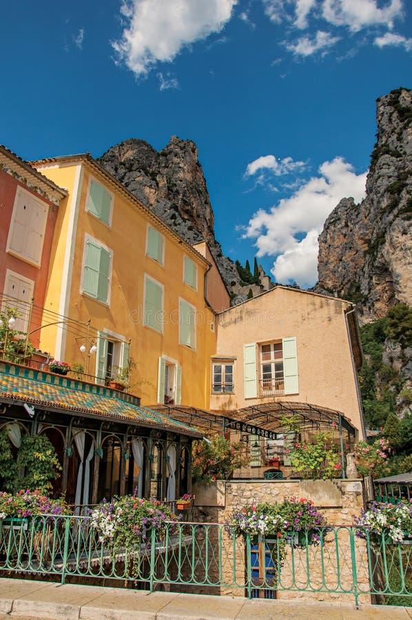 Restaurant avec des fleurs et des falaises dans Moustiers-Sainte-Marie image stock