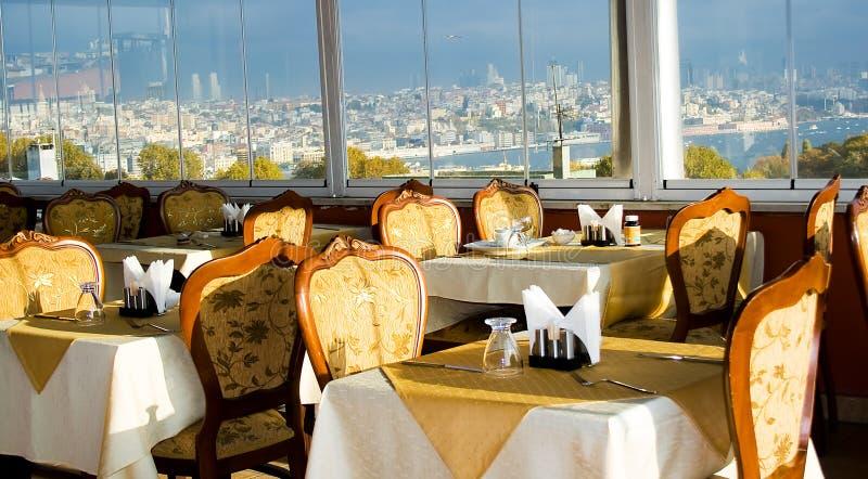 Restaurant avec des vues d'Istanbul photographie stock