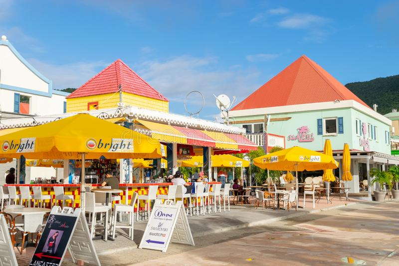 Restaurant/barre rouges et jaunes par la plage dans Philipsburg Sint Maarten photo stock