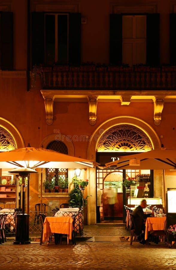 Restaurant bij nacht royalty-vrije stock afbeelding