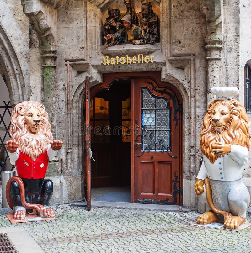 Restaurant in Binnenbinnenplaats van historische Nieuwe Stad Hall Neues royalty-vrije stock afbeeldingen