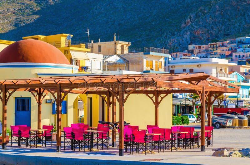 Restaurant coloré avec les chaises en bois rouges, Grèce photo libre de droits