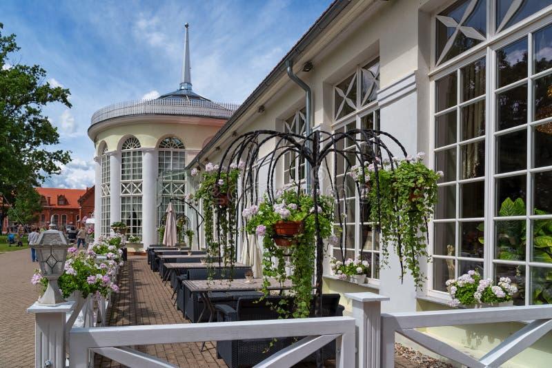 Restaurant d'Orangerie dans Raudondvaris Lithuanie, vue extérieure d'été photo stock