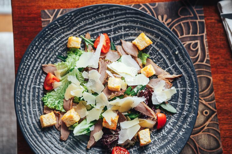 Restaurant, das Caesar-Salat dient stockfotos