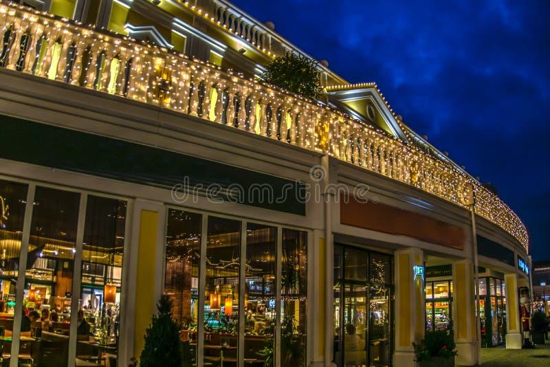 Restaurant in de eveningwithlichten in Parndorf-afzet in Vienn royalty-vrije stock fotografie