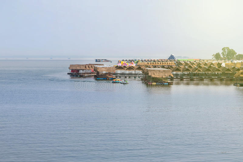 Restaurant de flottement de hutte en bambou de radeau en Thaïlande image stock