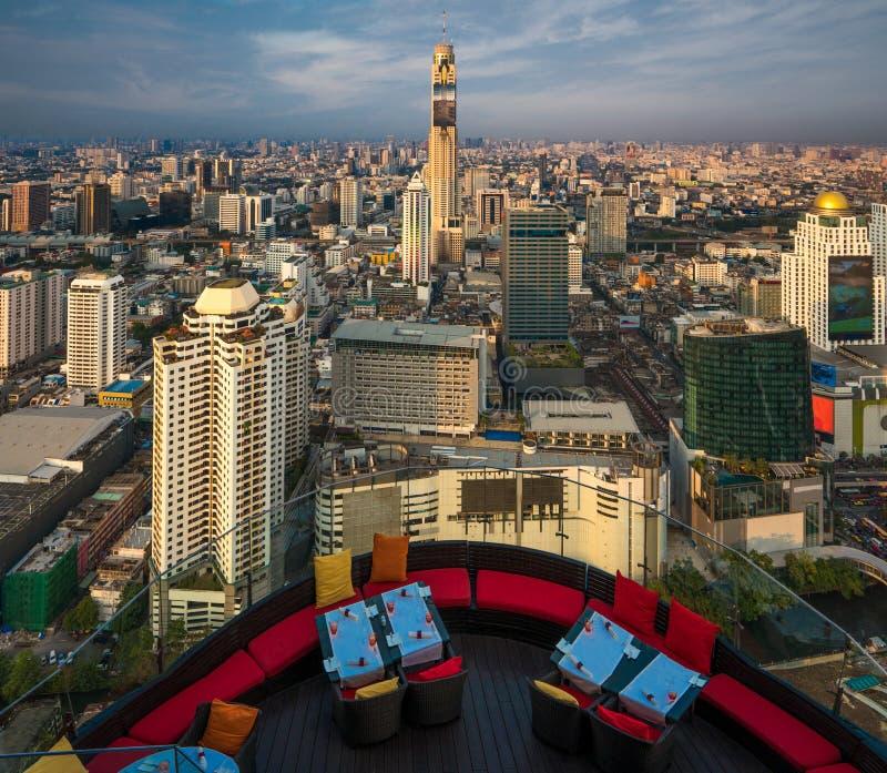 Restaurant de forme de terrasse sur la barre de dessus de toit à Bangkok Thaïlande image stock